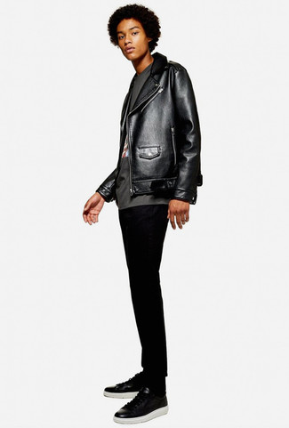 Wie kombinieren: schwarze Leder Bikerjacke, dunkelgraues bedrucktes T-Shirt mit einem Rundhalsausschnitt, schwarze enge Jeans, schwarze Leder niedrige Sneakers