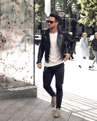 Wie kombinieren: schwarze Leder Bikerjacke, weißes T-Shirt mit einem Rundhalsausschnitt, schwarze enge Jeans, graue Chelsea-Stiefel aus Wildleder