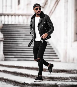 Wie kombinieren: schwarze Leder Bikerjacke, weißes T-Shirt mit einem Rundhalsausschnitt, schwarze enge Jeans mit Destroyed-Effekten, schwarze und weiße hohe Sneakers aus Segeltuch