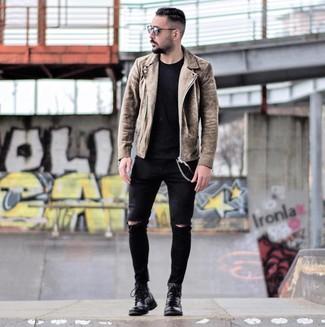 Wie kombinieren: braune Wildleder Bikerjacke, schwarzes T-Shirt mit einem Rundhalsausschnitt, schwarze enge Jeans mit Destroyed-Effekten, schwarze Lederfreizeitstiefel