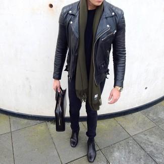 Wie kombinieren: schwarze Leder Bikerjacke, schwarzes T-Shirt mit einem Rundhalsausschnitt, schwarze enge Jeans, schwarze Chelsea-Stiefel aus Leder