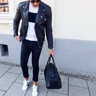 Wie kombinieren: schwarze Leder Bikerjacke, weißes und schwarzes T-Shirt mit einem Rundhalsausschnitt, schwarze enge Jeans, weiße und schwarze Leder niedrige Sneakers