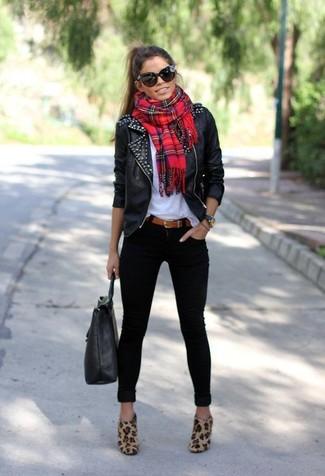 Beige Wildleder Stiefeletten kombinieren: trends 2020: Eine schwarze Leder Bikerjacke und schwarze enge Jeans sind absolut Freizeit-Essentials und können mit einer Vielzahl von Stücken kombiniert werden. Beige Wildleder Stiefeletten sind eine perfekte Wahl, um dieses Outfit zu vervollständigen.