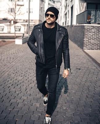 Schwarze Mütze kombinieren – 808+ Herren Outfits: Für ein bequemes Couch-Outfit, entscheiden Sie sich für eine schwarze Leder Bikerjacke und eine schwarze Mütze. Fühlen Sie sich mutig? Komplettieren Sie Ihr Outfit mit schwarzen und weißen Segeltuch niedrigen Sneakers.