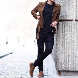 Dunkelblaues T-Shirt mit einem Rundhalsausschnitt kombinieren – 500+ Herren Outfits: Kombinieren Sie ein dunkelblaues T-Shirt mit einem Rundhalsausschnitt mit dunkelblauen engen Jeans für einen entspannten Wochenend-Look. Braune Chelsea Boots aus Wildleder bringen Eleganz zu einem ansonsten schlichten Look.