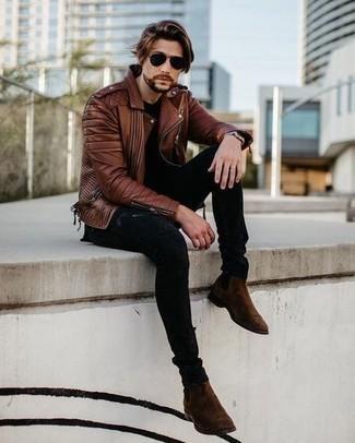 Dunkelbraune Chelsea Boots aus Wildleder kombinieren – 697+ Herren Outfits: Eine braune Leder Bikerjacke und schwarze enge Jeans mit Destroyed-Effekten sind eine gute Outfit-Formel für Ihre Sammlung. Schalten Sie Ihren Kleidungsbestienmodus an und machen dunkelbraunen Chelsea Boots aus Wildleder zu Ihrer Schuhwerkwahl.