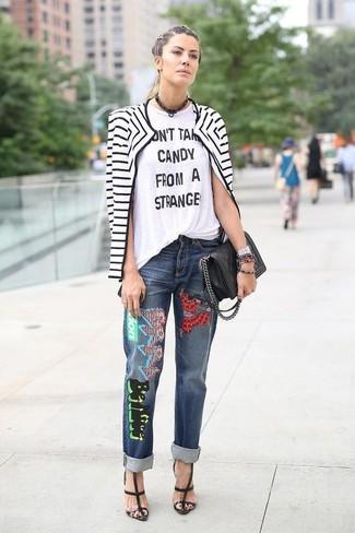 Erwägen Sie das Tragen von einer weißen und schwarzen horizontal gestreiften bikerjacke und blauen bestickten jeans, um einen lockeren, aber dennoch stylischen Look zu erhalten. Fühlen Sie sich ideenreich? Entscheiden Sie sich für schwarzen römersandalen aus leder.