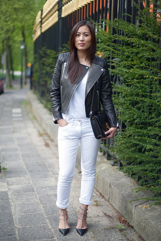 Wie kombinieren: schwarze Leder Bikerjacke, weißes T-Shirt mit einem Rundhalsausschnitt, weiße Jeans, schwarze Leder Pumps