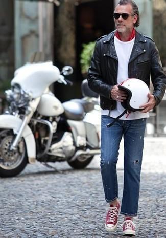 Wie kombinieren: schwarze Leder Bikerjacke, weißes T-Shirt mit einem Rundhalsausschnitt, blaue Jeans mit Destroyed-Effekten, rote und weiße niedrige Sneakers