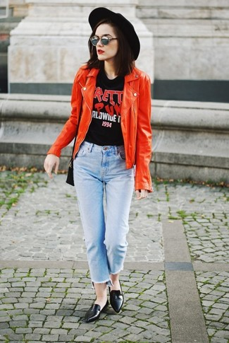 Wie kombinieren: rote Leder Bikerjacke, schwarzes bedrucktes T-Shirt mit einem Rundhalsausschnitt, hellblaue Jeans, schwarze Leder Slipper
