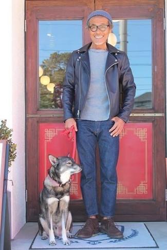 Wie kombinieren: dunkelblaue Leder Bikerjacke, graues T-Shirt mit einem Rundhalsausschnitt, dunkelblaue Jeans, dunkelbraune Chukka-Stiefel aus Wildleder