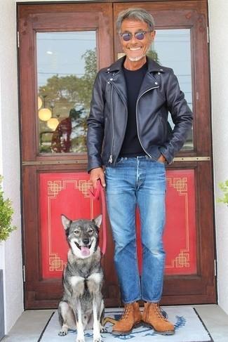 Wie kombinieren: schwarze Leder Bikerjacke, schwarzes T-Shirt mit einem Rundhalsausschnitt, blaue Jeans, braune Wildlederarbeitsstiefel