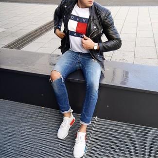 Wie kombinieren: schwarze Leder Bikerjacke, weißes bedrucktes T-Shirt mit einem Rundhalsausschnitt, blaue Jeans mit Destroyed-Effekten, weiße Sportschuhe