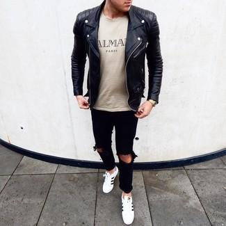 Beige bedrucktes T-Shirt mit einem Rundhalsausschnitt kombinieren: trends 2020: Vereinigen Sie ein beige bedrucktes T-Shirt mit einem Rundhalsausschnitt mit schwarzen Jeans mit Destroyed-Effekten für einen entspannten Wochenend-Look. Weiße und schwarze Leder niedrige Sneakers bringen Eleganz zu einem ansonsten schlichten Look.