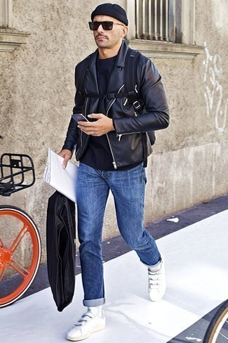 Schwarze Mütze kombinieren: trends 2020: Eine schwarze Leder Bikerjacke und eine schwarze Mütze sind eine großartige Outfit-Formel für Ihre Sammlung. Putzen Sie Ihr Outfit mit weißen Leder niedrigen Sneakers.