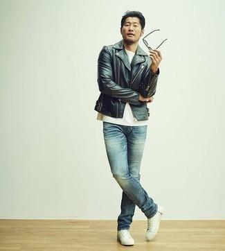 Herren Outfits & Modetrends 2020: Casual-Outfits: Kombinieren Sie eine schwarze Leder Bikerjacke mit blauen Jeans, um einen lockeren, aber dennoch stylischen Look zu erhalten. Weiße Segeltuch niedrige Sneakers sind eine kluge Wahl, um dieses Outfit zu vervollständigen.