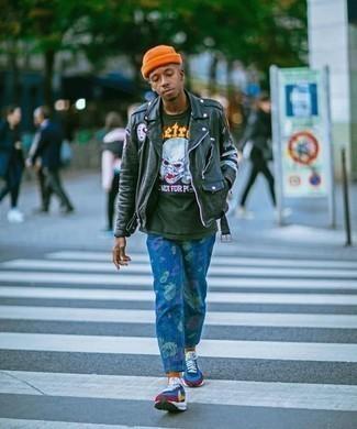 Blaue bedruckte Jeans kombinieren – 12 Herren Outfits: Paaren Sie eine dunkelgrüne Leder Bikerjacke mit blauen bedruckten Jeans, um mühelos alles zu meistern, was auch immer der Tag bringen mag. Wenn Sie nicht durch und durch formal auftreten möchten, komplettieren Sie Ihr Outfit mit mehrfarbigen Sportschuhen.