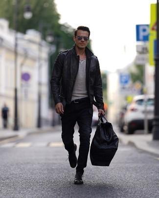 Schwarze Jeans kombinieren – 500+ Herren Outfits: Entscheiden Sie sich für eine schwarze Leder Bikerjacke und schwarzen Jeans, um mühelos alles zu meistern, was auch immer der Tag bringen mag. Fühlen Sie sich ideenreich? Entscheiden Sie sich für schwarzen Chukka-Stiefel aus Leder.