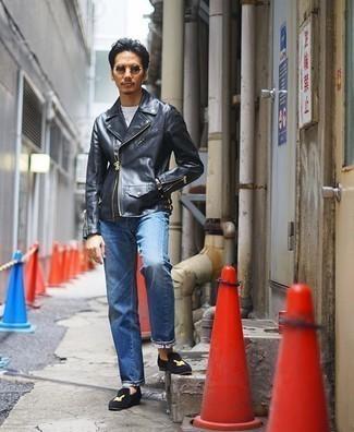 Dunkelblaue bestickte Samt Slipper kombinieren – 2 Herren Outfits: Paaren Sie eine schwarze Leder Bikerjacke mit blauen Jeans für einen bequemen Alltags-Look. Entscheiden Sie sich für dunkelblauen bestickten Samt Slipper, um Ihr Modebewusstsein zu zeigen.