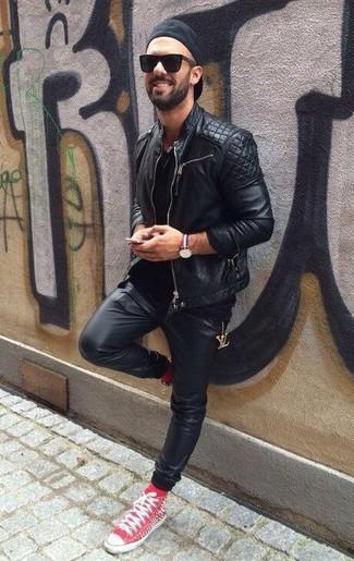 Wie kombinieren: schwarze gesteppte Leder Bikerjacke, schwarzes T-Shirt mit einem Rundhalsausschnitt, schwarze Jogginghose aus Leder, rote hohe Sneakers