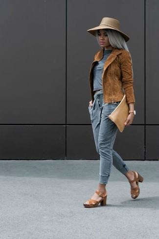 Wie kombinieren: rotbraune Wildleder Bikerjacke, graues T-Shirt mit einem Rundhalsausschnitt, graue Jogginghose, braune Leder Sandaletten