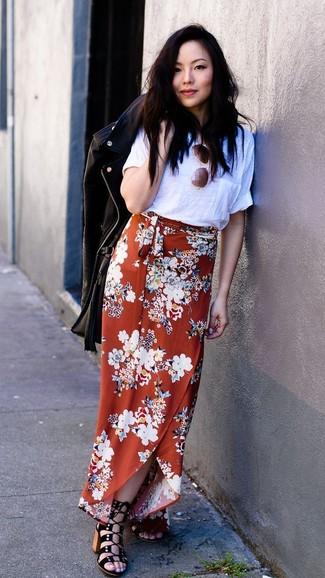 Wie kombinieren: schwarze Leder Bikerjacke, weißes T-Shirt mit einem Rundhalsausschnitt, orange Maxirock mit Blumenmuster, schwarze Wildleder Sandaletten