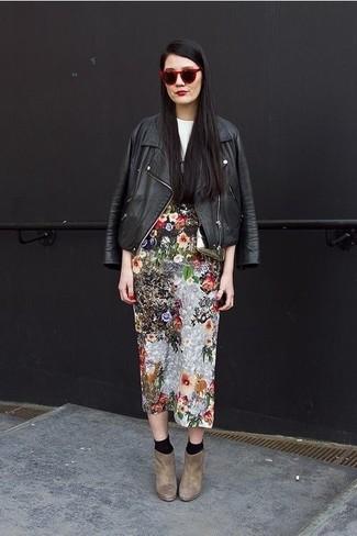 Wie kombinieren: schwarze Leder Bikerjacke, weißes und schwarzes bedrucktes T-Shirt mit einem Rundhalsausschnitt, mehrfarbiger Midirock mit Blumenmuster, braune Wildleder Stiefeletten