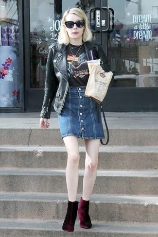 Wie kombinieren: schwarze Leder Bikerjacke, schwarzes bedrucktes T-Shirt mit einem Rundhalsausschnitt, dunkelblauer Jeansrock mit knöpfen, dunkelrote Samt Stiefeletten