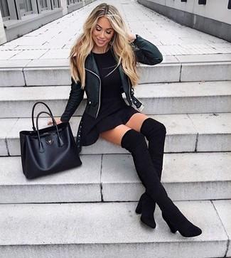 Schwarze Overknee Stiefel aus Wildleder kombinieren: trends 2020: Eine schwarze Leder Bikerjacke und ein schwarzer Skaterrock sind absolut Casual-Basics und können mit einer Vielzahl von Stücken gepaart werden. Fühlen Sie sich ideenreich? Vervollständigen Sie Ihr Outfit mit schwarzen Overknee Stiefeln aus Wildleder.