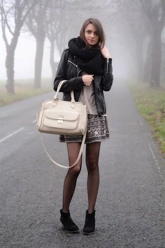 Beige Shopper Tasche aus Leder kombinieren – 274 Damen Outfits: Um eine ultralässige und coole Silhouette zu zaubern, probieren Sie diese Paarung aus einer schwarzen Leder Bikerjacke und einer beige Shopper Tasche aus Leder. Dieses Outfit passt hervorragend zusammen mit schwarzen Wildleder Stiefeletten.
