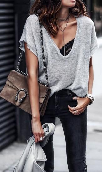 Wie kombinieren: graue Leder Bikerjacke, graues T-Shirt mit einem V-Ausschnitt, schwarzes Spitze Bikinioberteil, schwarze enge Jeans