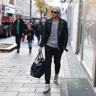 Wie kombinieren: schwarze Leder Bikerjacke, graues T-Shirt mit einem V-Ausschnitt, schwarze Chinohose, graue Leder niedrige Sneakers