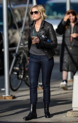 Wie kombinieren: schwarze gesteppte Leder Bikerjacke, dunkelgraues T-Shirt mit einem V-Ausschnitt, schwarze enge Jeans, schwarze Chelsea-Stiefel aus Leder