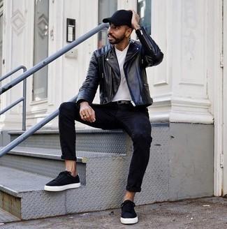 Wie schwarze Jeans mit weißen T-Shirts mit einem V-Ausschnitt zu kombinieren – 19 Herren Outfits: Kombinieren Sie ein weißes T-Shirt mit einem V-Ausschnitt mit schwarzen Jeans für ein großartiges Wochenend-Outfit. Schwarze Segeltuch niedrige Sneakers sind eine gute Wahl, um dieses Outfit zu vervollständigen.