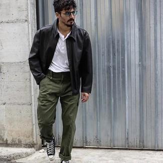 Schwarze Leder Bikerjacke kombinieren – 500+ Herren Outfits: Kombinieren Sie eine schwarze Leder Bikerjacke mit einer olivgrünen Cargohose für ein sonntägliches Mittagessen mit Freunden. Fühlen Sie sich ideenreich? Komplettieren Sie Ihr Outfit mit schwarzen und weißen hohen Sneakers aus Segeltuch.