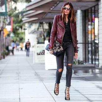 Eine dunkelrote leder bikerjacke und dunkelgraue enge jeans mit destroyed-effekten sind eine perfekte Wochenend-Kombination. Schwarze römersandalen aus leder sind eine perfekte Wahl, um dieses Outfit zu vervollständigen.