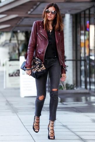 Wie kombinieren: dunkelrote Leder Bikerjacke, schwarzes T-shirt mit einer Knopfleiste, dunkelgraue enge Jeans mit Destroyed-Effekten, schwarze Römersandalen aus Wildleder
