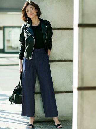 Wie kombinieren: schwarze Leder Bikerjacke, schwarzes T-shirt mit einer Knopfleiste, dunkelblaue weite Hose aus Jeans, schwarze Leder Sandaletten