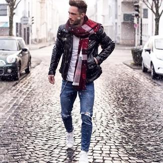 Paaren Sie eine Schwarze Leder Bikerjacke mit Blauen Enger Jeans mit Destroyed-Effekten für ein bequemes Outfit, das außerdem gut zusammen passt. Weiße Niedrige Sneakers fügen sich nahtlos in einer Vielzahl von Outfits ein.