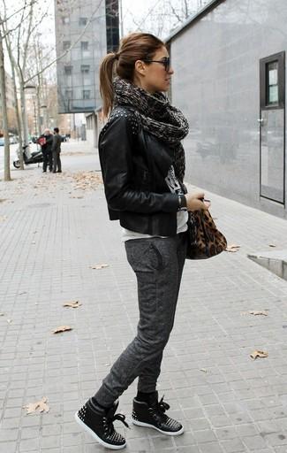 Vereinigen Sie eine schwarze beschlagene Leder Bikerjacke mit einer dunkelgrauen Jogginghose für einen entspannten Wochenend-Look. Warum kombinieren Sie Ihr Outfit für einen legereren Auftritt nicht mal mit schwarzen hohen Sneakers aus Leder?