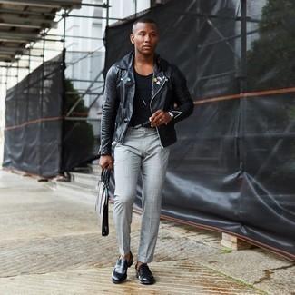Schwarze Leder Slipper kombinieren – 500+ Herren Outfits: Kombinieren Sie eine schwarze verzierte Leder Bikerjacke mit einer grauen Chinohose mit Schottenmuster, um einen lockeren, aber dennoch stylischen Look zu erhalten. Schwarze Leder Slipper sind eine einfache Möglichkeit, Ihren Look aufzuwerten.