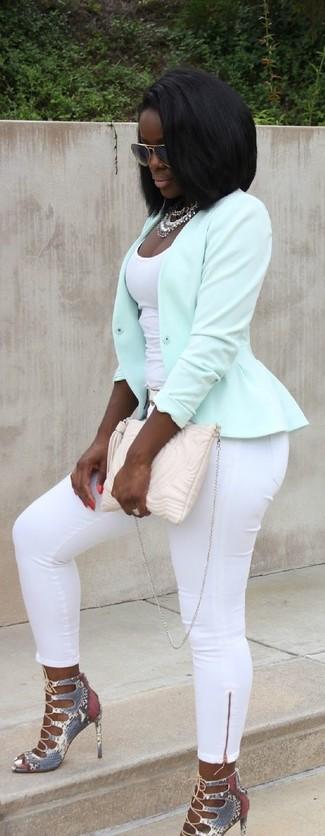 Wie kombinieren: mintgrüne Bikerjacke, weißes Trägershirt, weiße enge Hose, graue Leder Sandaletten mit Schlangenmuster