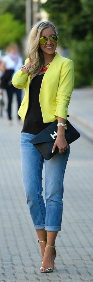 Wie kombinieren: gelbe Bikerjacke, schwarzes Trägershirt, blaue enge Jeans, goldene Leder Sandaletten