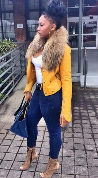 Wie kombinieren: gelbe Leder Bikerjacke, weißes Trägershirt, dunkelblaue enge Jeans, beige Leder Stiefeletten mit Ausschnitten