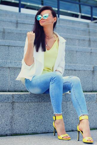 Weiße Bikerjacke kombinieren – 45 Damen Outfits: Wenn Sie auf der Suche nach der perfekten legeren Komposition sind, entscheiden Sie sich für eine weiße Bikerjacke und hellblauen enge Jeans mit Destroyed-Effekten. Gelbe Leder Sandaletten sind eine großartige Wahl, um dieses Outfit zu vervollständigen.