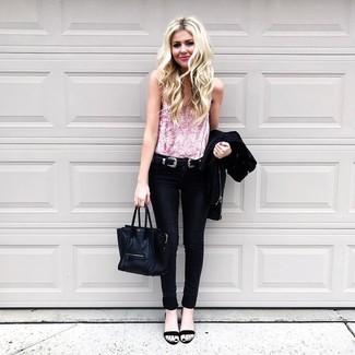 Wie kombinieren: schwarze Bikerjacke, rosa Samt Trägershirt, schwarze enge Jeans, schwarze Leder Sandaletten