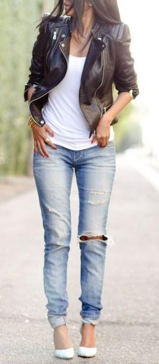 Kombinieren Sie eine schwarze Leder Bikerjacke mit hellblauen engen Jeans mit Destroyed-Effekten, um einen schicken, glamurösen Outfit zu schaffen. Schalten Sie Ihren Kleidungsbestienmodus an und machen weißen Leder Pumps zu Ihrer Schuhwerkwahl.