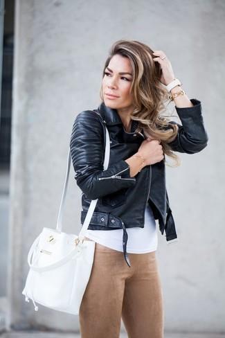 Wie kombinieren: schwarze Leder Bikerjacke, weißes Trägershirt, beige Wildlederleggings, weiße Leder Beuteltasche