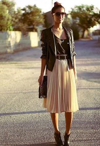 Die Paarung aus einer schwarzen Leder Bikerjacke und einem Unterteil ist eine komfortable Wahl, um Besorgungen in der Stadt zu erledigen. Dieses Outfit passt hervorragend zusammen mit dunkelbraunen Keilstiefeletten aus Leder.