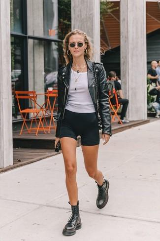 Wie kombinieren: schwarze Leder Bikerjacke, weißes Trägershirt, schwarze Radlerhose, schwarze flache Stiefel mit einer Schnürung aus Leder